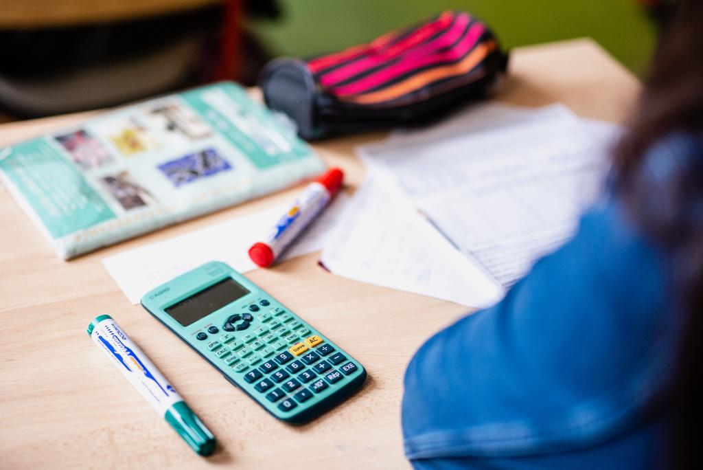bureau d'un élève pendant un cours de maths au collège