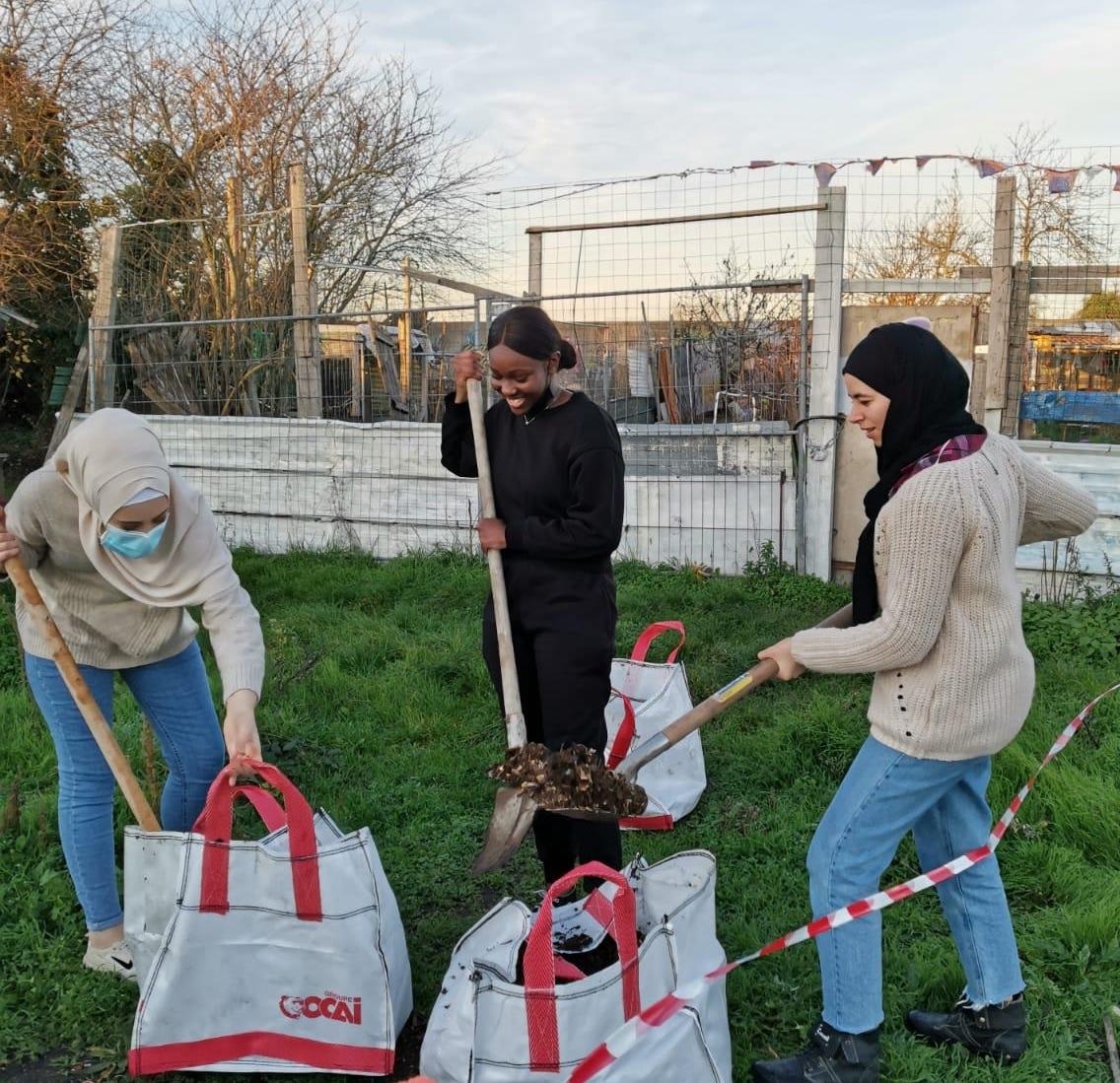 jeunes décrocheurs faisant une mission de solidarité en service civique